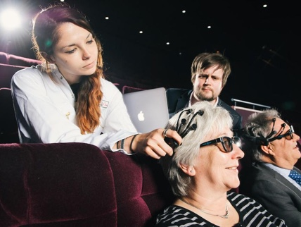 无极娱乐2注册邀请码mage depicting researchers putting a wireless headset on a participant